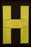 Lettera gialla H coperta di gelo fotografia stock