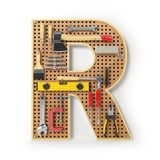 Lettera R Alfabeto dagli strumenti sul pegboard del metallo isolati Fotografia Stock Libera da Diritti