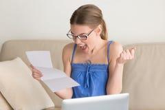 Lettera sorridente felice della lettura di signora con buone notizie Fotografia Stock