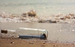 Lettera in una bottiglia Immagini Stock Libere da Diritti