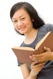 Letteratura aperta dello studente di college felice Immagini Stock Libere da Diritti
