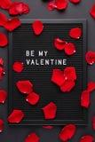 Letterboard noir avec les lettres en plastique blanches avec la citation : Soyez mon V photos stock