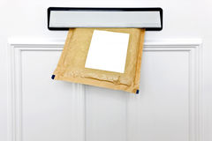 Letterbox e envelope acolchoado fotos de stock