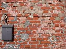 Letterbox en la pared de ladrillos viejos imagen de archivo libre de regalías