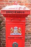 Letterbox holandés rojo pasado de moda foto de archivo libre de regalías