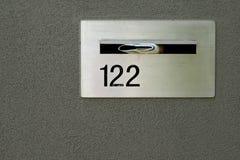 Letterbox metálico de plata para el hogar en pared gris imágenes de archivo libres de regalías
