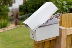 Letterbox que desborda en el poste de la cerca fotos de archivo libres de regalías