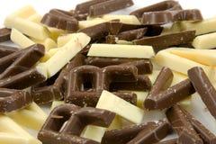 Lettere bianche e marroni della caramella di cioccolato in primo piano Immagine Stock