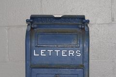 Lettere blu antiche della cassetta delle lettere fotografia stock libera da diritti
