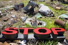 Lettere che ortografano ARRESTO in junkyard trashy. Fotografia Stock