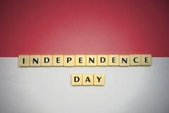 Lettere con la festa dell'indipendenza del testo sulla bandiera nazionale dell'Indonesia immagini stock libere da diritti