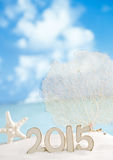 2015 lettere con le stelle marine, oceano, spiaggia di sabbia bianca Fotografie Stock