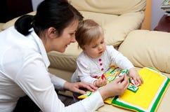 Lettere d'istruzione del bambino della madre   Fotografie Stock Libere da Diritti