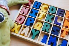 Lettere da imparare scrivere e leggere dentro la vostra scatola di legno immagine stock libera da diritti
