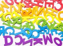 Lettere dei colori dell'arcobaleno su un fondo bianco Fotografia Stock
