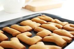 Lettere del biscotto sul vassoio di cottura Immagine Stock