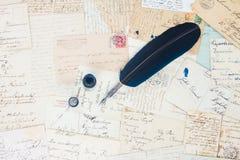 Lettere della penna e dell'oggetto d'antiquariato della piuma Fotografia Stock Libera da Diritti