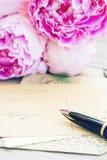 Lettere della penna e dell'oggetto d'antiquariato di spoletta Fotografia Stock
