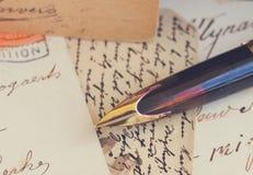 Lettere della penna e dell'oggetto d'antiquariato di spoletta Immagini Stock