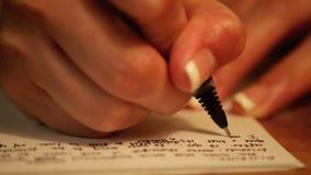 Lettere di amore di scrittura al fiancé stock footage
