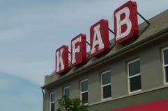 Lettere di invito della stazione radio di KFAB su costruzione fotografia stock libera da diritti