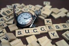 Lettere di legno della scatola di parola di successo e di chiave e piccolo orologio con il concetto chiave di affari del metallo fotografie stock libere da diritti