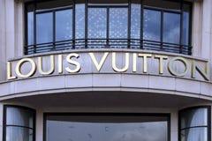 Lettere di Louis Vuitton su una parete fotografie stock libere da diritti