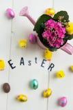 Lettere di Pasqua, fiori ed uova di cioccolato Immagini Stock