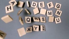 Lettere di plastica che rimbalzano e che mostrano l'alfabeto video d archivio