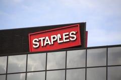 Lettere di Staples su una parete Immagini Stock Libere da Diritti
