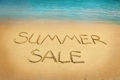 Lettere di vendita di estate sulla sabbia Fotografia Stock Libera da Diritti