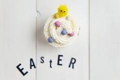 Lettere e bigné di Pasqua con il piccolo pulcino Immagine Stock Libera da Diritti