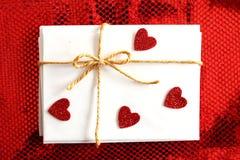 Lettere e buste di giorno del ` s del biglietto di S. Valentino con l'arco e lo Sti rosso del cuore Fotografia Stock Libera da Diritti