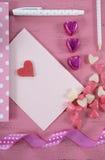 Lettere e carte di amore di scrittura per il giorno di biglietti di S. Valentino felice fotografia stock libera da diritti