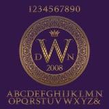 Lettere e numeri modellati dell'oro con il monogramma iniziale Il corredo modellato elegante degli elementi e della fonte per il  royalty illustrazione gratis