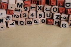 Lettere e numeri sui blocchi/cubi di legno - scritto tipografico, Fotografie Stock Libere da Diritti