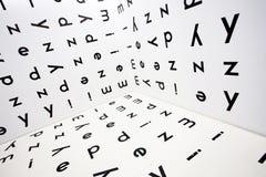 Lettere inglesi nello spazio dei simboli di alfabeto sulla parete e sul pavimento Concetto di conoscenza e di istruzione Fotografia Stock Libera da Diritti