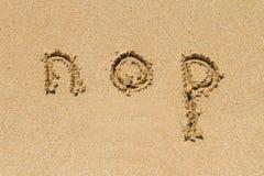 Lettere minuscole dell'alfabeto sulla sabbia Immagini Stock