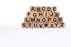 Lettere sui cubi di legno, a-z, ABC di alfabeto, isolato su bianco Immagini Stock