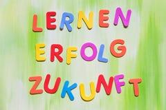 Lettere variopinte, parole tedesche, apprendimento dei concetti per il futuro fotografia stock libera da diritti