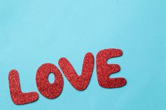 letterpress ανασκόπησης grunge τυχαία λέξη τύπων αγάπης κόκκινες επιστολές σε ένα φωτεινό μπλε υπόβαθρο βαλεντίνος ημέρας s επάνω στοκ φωτογραφίες
