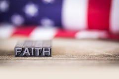 Letterpress Word έννοιας πίστης με τη αμερικανική σημαία στοκ φωτογραφία με δικαίωμα ελεύθερης χρήσης