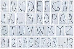 Letters en cijfers die op de sneeuw worden geschreven royalty-vrije stock afbeelding