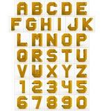 Letters en getallen 3d kubieke gouden geïsoleerd op wit Stock Illustratie
