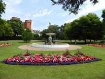 Letti di fiore e della fontana fotografie stock
