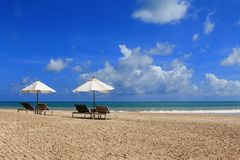Letti prendenti il sole con l'ombrello bianco Immagine Stock Libera da Diritti