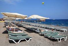 Lettini e parasoli sulla spiaggia vicino alla località di soggiorno di Kemer Immagine Stock Libera da Diritti