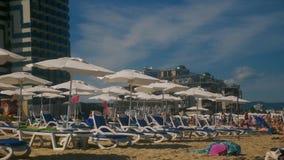 Lettini ed ombrelli sulla spiaggia video d archivio