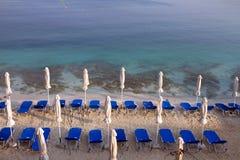 Lettini vuoti al mare ionico sulla spiaggia in Ksamil Albania fotografia stock libera da diritti