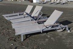 Lettini vuoti sulla spiaggia fuori stagione Immagine Stock